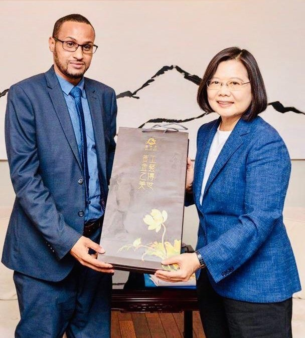 索馬利蘭準駐台代表哈吉(左)是索國資深外交官,亦曾訪問台灣,與總統蔡英文合影。(圖由取自索馬利蘭外交部網站)
