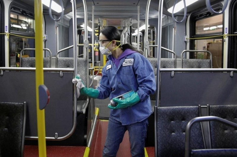 中國先前研究指出,武肺病毒可在密閉的冷氣車廂漂浮30分鐘,傳播距離可達4.5公尺。(路透)