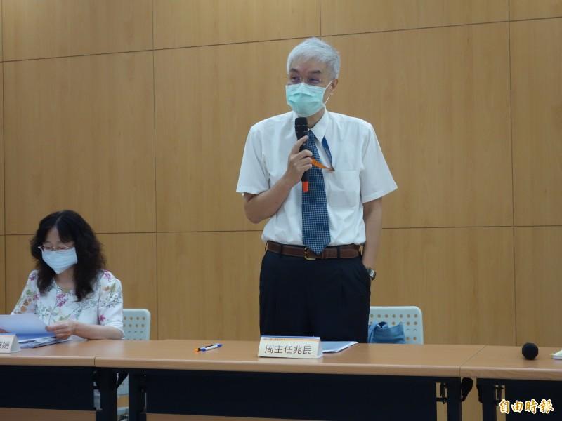 大考中心主任周兆民(右)表示,今年受到疫情影響,預計7日起發送通知今年的缺考生,若符合相關條件,可申請補考,11日告知審核通過與否,預計20到22日舉行補考。(記者吳柏軒攝)