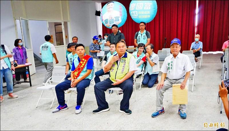 崁頂鄉長補選3位候選人,廖國富(前排左起)、郭振堂及曾輝地。(記者陳彥廷攝)
