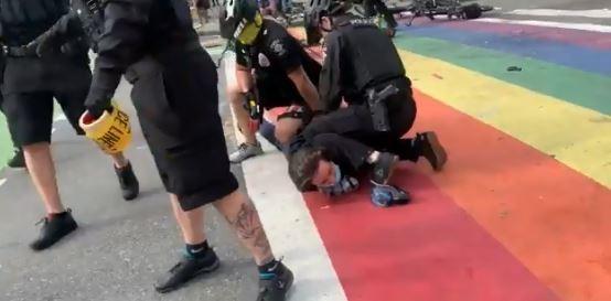 在推特有影片顯示,當西雅圖警方在驅散示威群眾時,仍然有警察以膝蓋壓頸的方式制服示威者,對此西雅圖警方「方一定會進行調查」。(圖擷取自twitter)