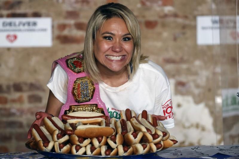 今年美國國慶吃熱狗堡大賽,日本混血女子須藤美樹完成女子組7連霸,她在10分鐘內豪吃48.5個熱狗堡創下新的世界紀錄。(美聯社)