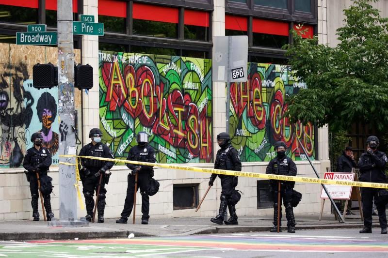 CHAZ附近的店家日前對西雅圖當局提起訴訟,迫使市長杜爾坎以「當地治安惡化」為由,下令警方強力清場。(法新社)