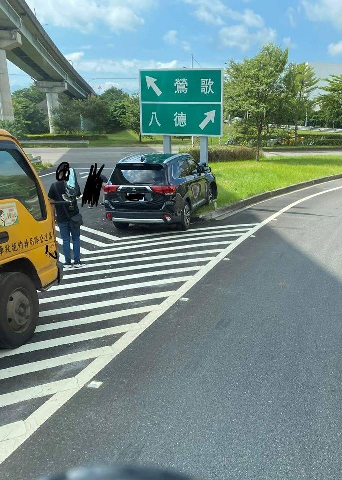 1輛黑色休旅車在岔路撞上交通看板,被網友笑稱是「選擇性障礙」。(圖取自爆廢公社)