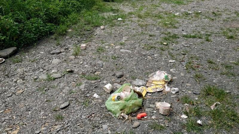 用過的免洗餐具被人用塑膠袋集中後棄置原地。(翻攝爆料公社)
