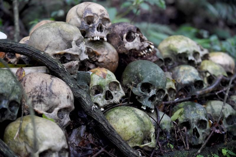 全球武漢肺炎累計確診突破1131萬人、53萬1729人死亡。圖為2月20日印尼峇里島巴圖爾湖天然墳場,在武漢肺炎期間依舊照常維持此種儀式。(法新社檔案照)