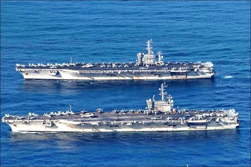 美國海軍兩艘航艦「尼米茲號」(圖上)與「雷根號」(圖下)正在南海舉行大規模演習。(路透)