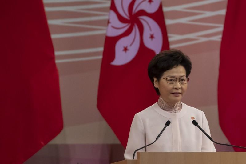 中國在香港強推「港區國安法」(港版國安法)引起軒然大波,對於外界質疑國安法立法應經過香港立法會的程序,香港特首林鄭月娥昨在臉書發文稱,「是有點痴人說夢話」。(彭博)