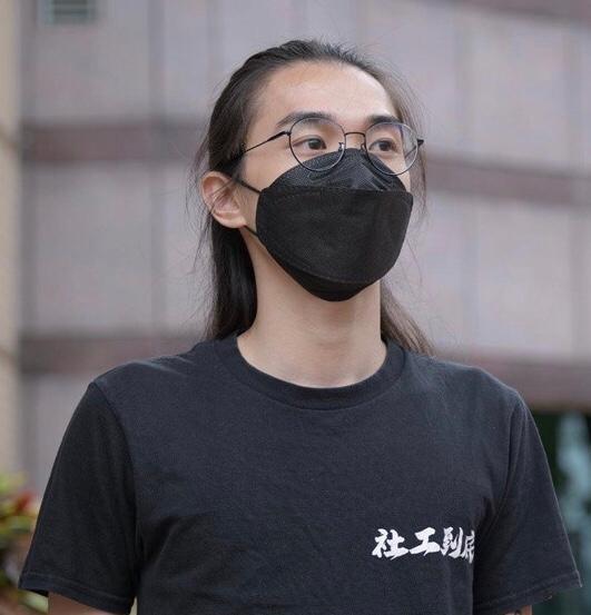 香港社工劉家棟(見圖)去年在示威活動中,因請求警方放慢速度,讓他協助疏散人群,而遭法官蘇文隆重判1年刑期。近來消息指出,主審該案的法官蘇文隆,在港版國安法實施後,擬被委任為專審國安法案件的6名法官之一。(圖擷取自臉書_劉家棟 KaTung)