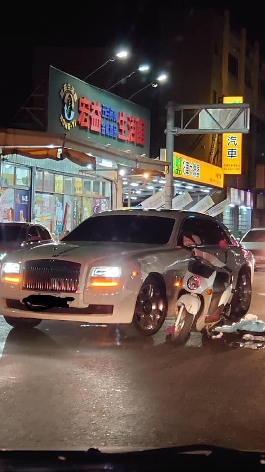嘉義1名機車騎士晚間與勞斯萊斯發生追撞,汽車左車身前方鈑金凹陷。(圖取自爆廢公社)
