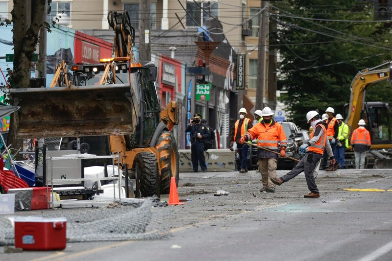西雅圖市政府出動大批清潔人員與拆除機具復原現場。(法新社)