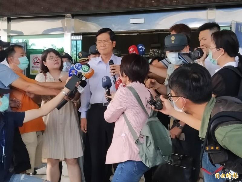 國防部長嚴德發(中)昨日前往軍高雄醫院左營分院探視。(資料照,記者洪定宏攝)
