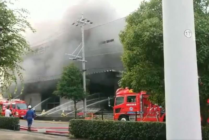 日本靜岡縣吉田町工廠倉庫失火,3名消防員和1名警察進入火場後失去聯絡,目前當局已展開搜救。(圖擷自@kojikoji_m推特)