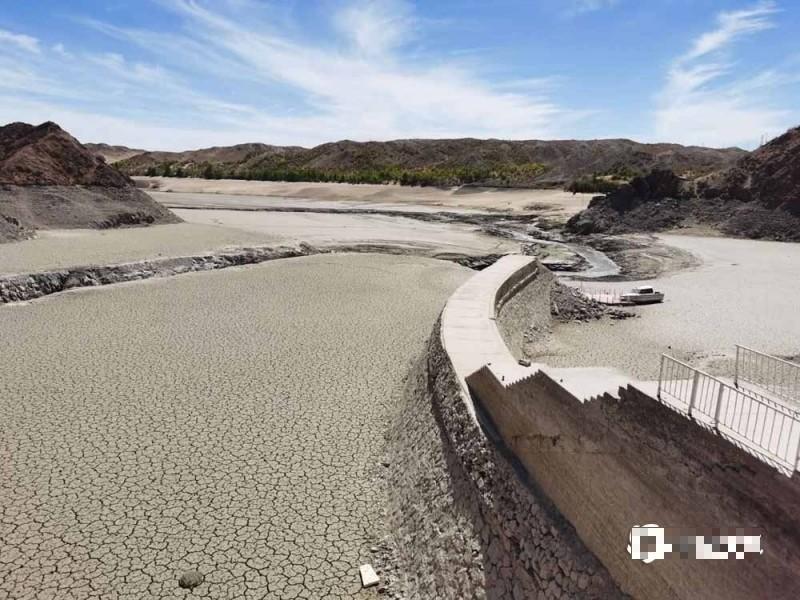 中國甘肅酒泉市全市乾旱,水庫放空後再次補水難度大,圖為6月30日,金塔鴛鴦池水庫乾涸露出庫底。(圖擷取自網路)
