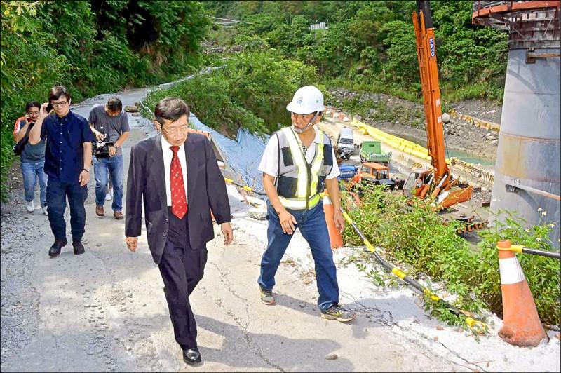 代理市長楊明州(中)前往桃源區視察,瞭解建國橋施工狀況。(記者葛祐豪翻攝)