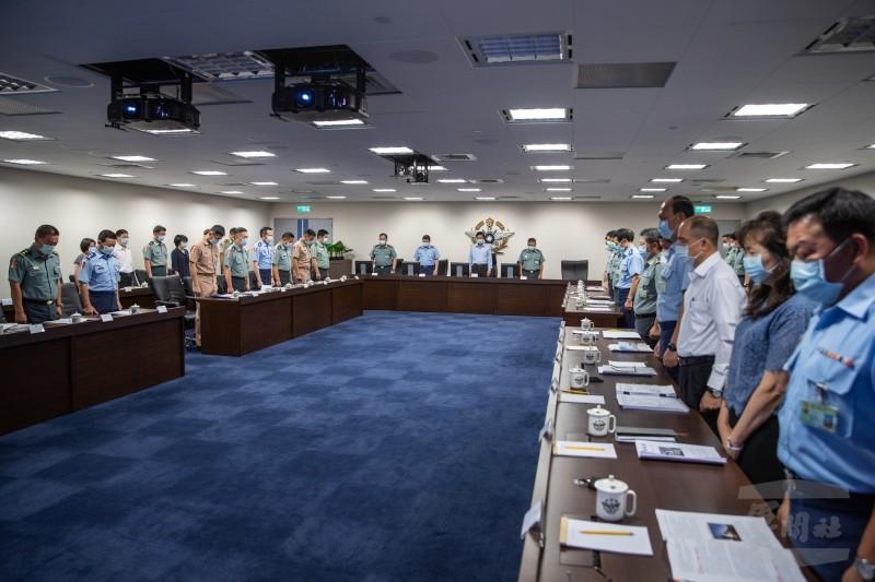國防部長嚴德發率國軍官員為覆艇事故默哀。(軍聞社)