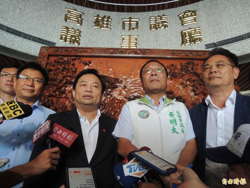 民進黨秘書長林錫耀指出,高市議會黃明太(右二)、鄭光峰(左一)為顧全大局,都願退出議長改選選舉。(記者王榮祥攝)