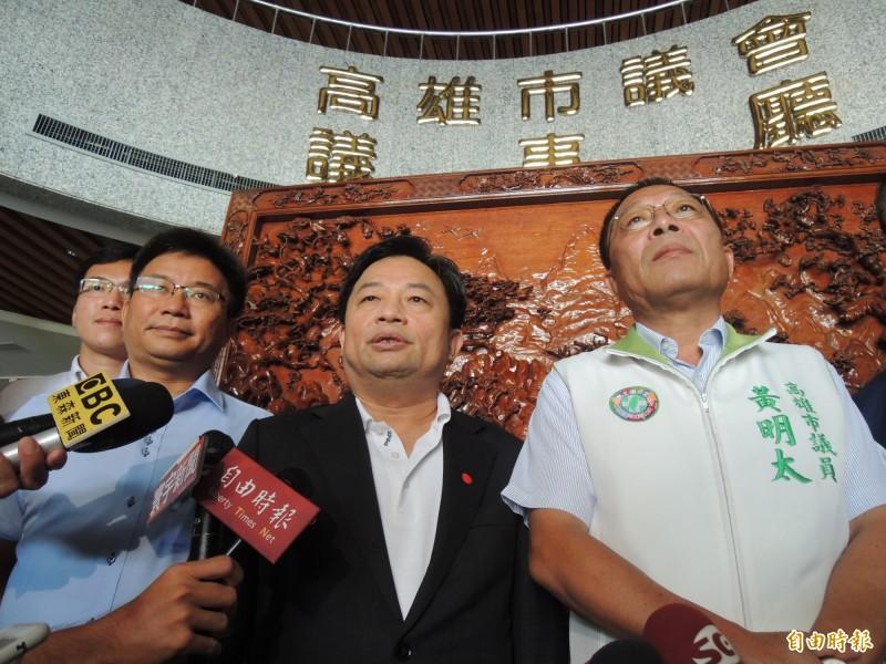 林錫耀表示黃明太、鄭光峰兩位議員都會退出議長改選,民進黨團事後投票宣布重新開放登記到明天傍晚。(記者王榮祥攝)