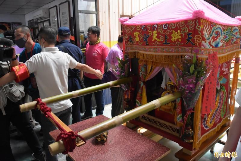 白沙屯媽祖中午在彰化市中山路停駕休息。(記者劉曉欣攝)