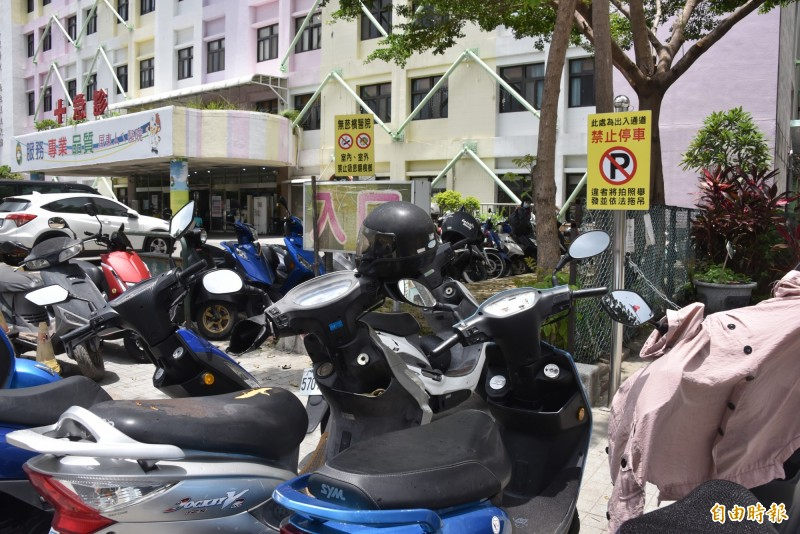 雖然標示牌已寫明禁止停車,但仍然停滿了機車。(記者葉永騫攝)