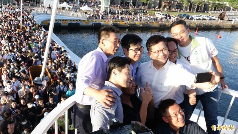 交通部長林佳龍(右三)在剛啟用的大港牆上玩自拍,高雄市長參選人陳其邁(右四)、Freddy林昶佐(左二)等人都入鏡。(記者李惠洲攝)