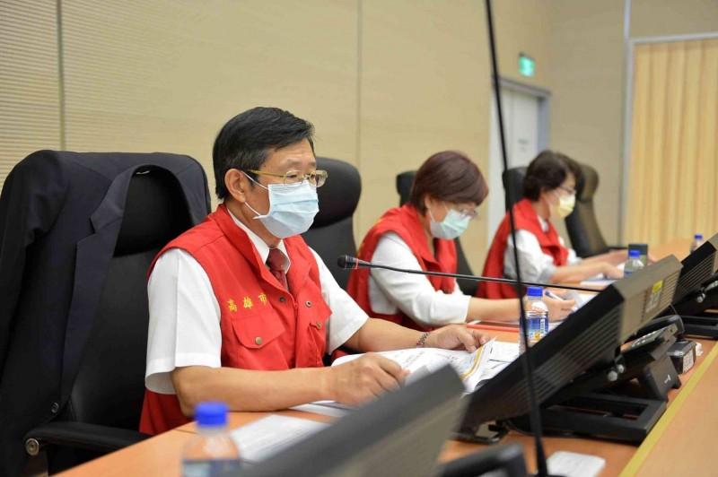 避免脫逃外籍船員成防疫破口,高雄市代理市長楊明州(左1)表示,加強返港入境船員檢疫。(高市府提供)