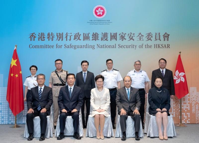 香港維護國家安全委員會今日舉行首次會議,由北京指派的國安顧問駱惠寧(前排左二)出席。(路透)
