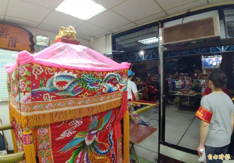 白沙屯媽祖鑾轎今晚駐駕員林市宏泰車行,門口吸引不少民眾獻花致意。(記者陳冠備攝)