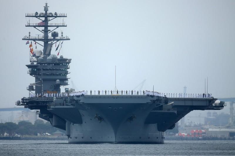 美海軍尼米茲號航艦正在南海航行,據稱中共軍艦就在附近目睹美軍演習。(路透資料照)