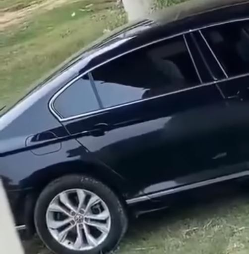 影片拉近一看透過窗戶隱約可看到晃動的人影,原PO對此笑說,「買新車就是要測試避震效果啊」。(圖擷取自臉書「爆廢公社」)