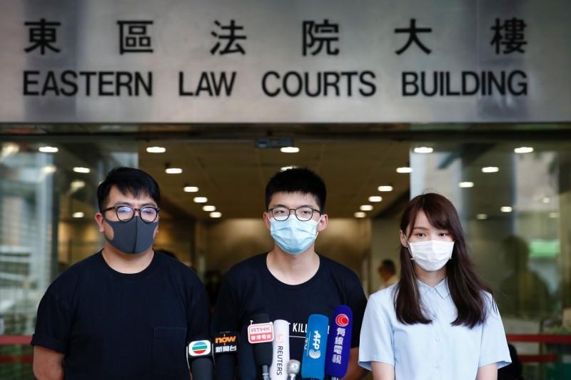 周庭(由右至左)、黃之鋒及林朗彥被控煽惑、參與非法集結,今日在香港東區法院開庭。(路透)