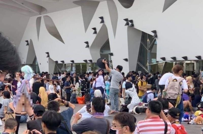 圓山花博公園爭艷館前兩天(4日、5日)舉辦開拓動漫祭,卻傳出有女子當眾掀裙裸露下體供人拍攝。(圖取自臉書)