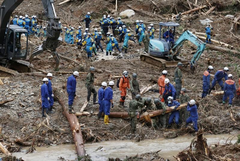 日本九州地區近期發生破紀錄的豪大暴雨,造成當地多河氾濫、土石流等災情,其中以熊本縣受災最為嚴重,目前已造成44人死亡、1人心肺停止、10人失蹤;日本警消與自衛隊今天仍持續搜索失蹤人口。(路透)