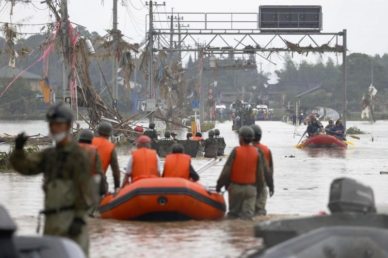 目前受災較嚴重的熊本縣南部至少有28間醫療機構、18家老年人安養機構和6家托兒所出現淹水,截至5日下午,縣內14個市町村86個疏散點共收容了1502名災民。(美聯社)