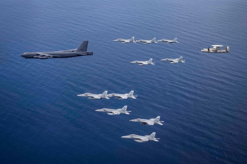 B-52轟炸機於7月4日時與尼米茲號及雷根號的航艦打擊小組進行共同演訓。(圖擷取自美軍太平洋艦隊臉書粉絲專頁)
