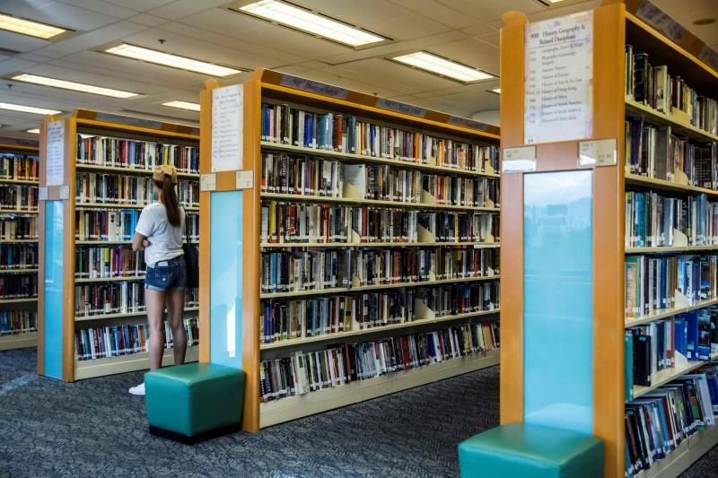 香港教育局要求學校定時覆檢圖書館藏、教材,若發現涉及任何危害國家安全的內容,理應移除這些圖書教材。(法新社)