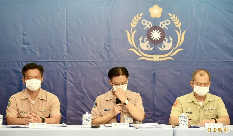 海軍司令部政戰主任孫常德(中)在說明事件過程時,一度哽咽語塞。(記者羅沛德攝)