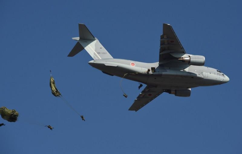 日本軍方計畫向國際推銷自家產的最新軍用運輸機C-2(見圖),然而日本國防產業在近年一直無法與外國的軍火工業競爭,多次競標訂單皆失敗,這次C-2的出口計畫也將面臨歐美等國的競爭,前景難以預測。(法新社)
