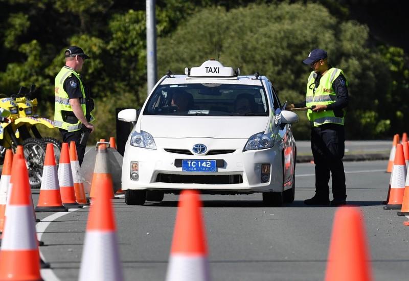 澳洲維多利亞州與新南威爾斯州之間的邊境將自8日起關閉。圖為新南威爾斯州邊境的檢查站。(歐新社)