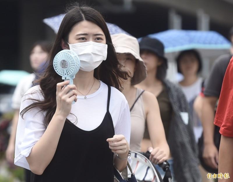 根據中央氣象局發布的高溫資訊,明(7)日北部、東部等6縣市可能出現連續36度的高溫,此外全台都可能有短暫強降雨、紫外線都達「過量級」。(資料照)