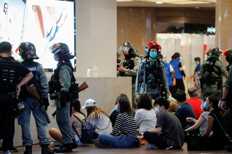 國安法於本月1日上路當天,警方就大舉拘捕上街發聲的市民。(路透)