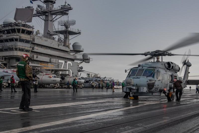 美國海軍雷根號與尼米茲號近日駛入南海,進行「雙航艦」操演;圖為美海軍第七艦隊發布照片,海鷹直升機正在雷根號甲板上作業。(圖擷取自美海軍第七艦隊臉書)