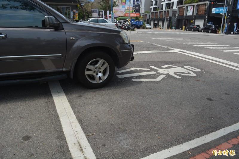 事實查核中心表示,汽車停等紅燈時占用機車停等區會開罰,但是沒有「四輪全在格子內會重罰」的規定!示意圖。(資料照,記者陳建志攝)