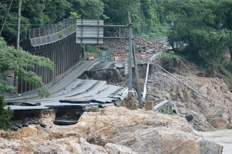 目前熊本縣尚有數十個村莊的聯外道路受到災害影響,仍是孤立狀態,熊本縣政府希望盡快架設臨時道路來解決問題。(法新社)