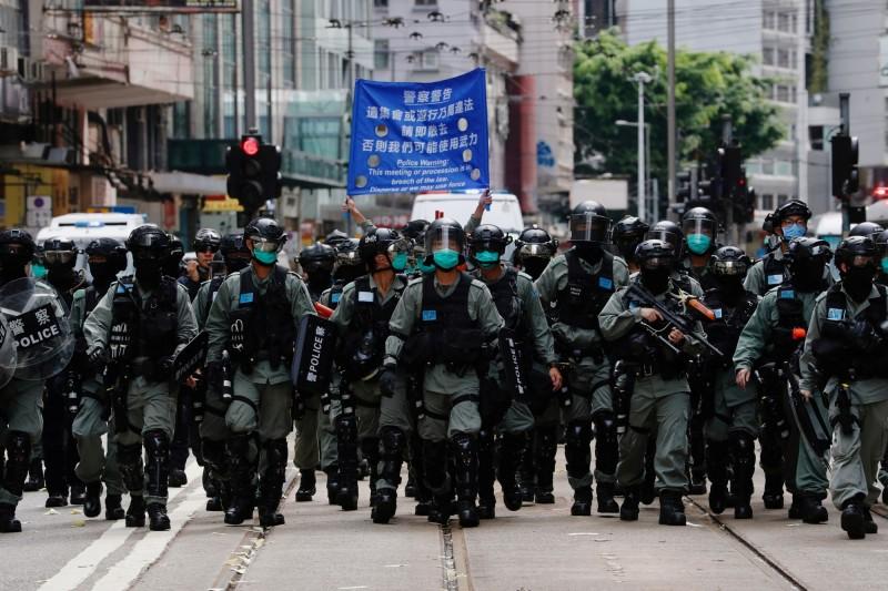 香港警方強力執行香港版國安法,連出版品都開始自我審查。圖為香港鎮暴警察在街頭布陣準備驅散示威群眾。(路透檔案照)