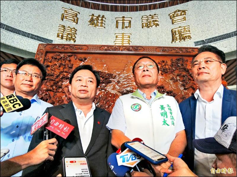 民進黨秘書長林錫耀(左二)昨拜訪高市議會民進黨團,協調黨內議長人選,會後黃明太(右二)、鄭光峰(左一)都表態願意退出。(記者王榮祥攝)