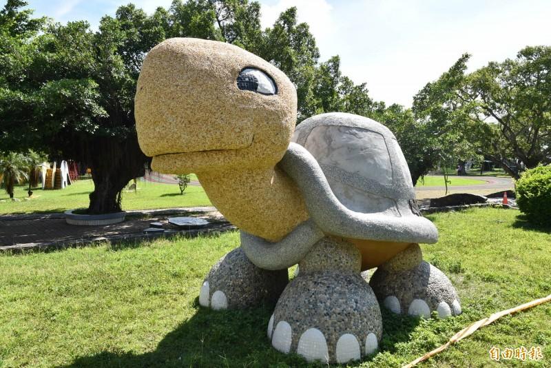 斗南石龜國小打造一隻1樓高、3公噸重的大石龜,安座後吸引許多民眾前往打卡拍照。(記者黃淑莉攝)