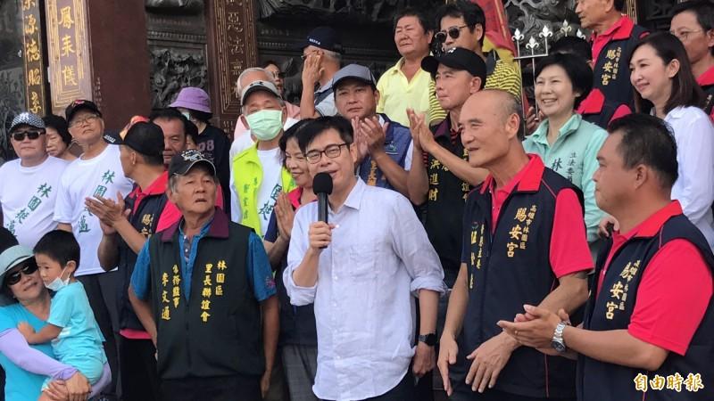 陳其邁在林園區參香時暢談地方政見。(記者洪臣宏攝)
