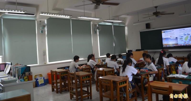 目前天氣炎熱,台中市部分學校已經在教室裝上冷氣,不過因苦無經費,仍有許多學校未全面裝冷氣。(記者陳建志攝,資料照)