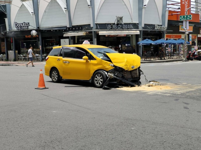 王男的計程車車頭毀損。(記者陳文嬋翻攝)